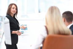 La femme d'affaires conduit un atelier avec l'équipe d'affaires Images stock