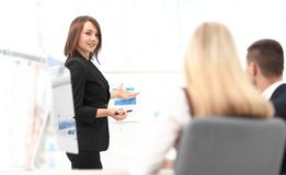 La femme d'affaires conduit un atelier avec l'équipe d'affaires Photos stock