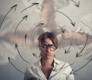 La femme d'affaires confuse a des vertiges concept d'effort et de surmenage photographie stock libre de droits