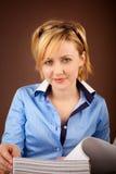La femme d'affaires contrôle les documents dans un dépliant photographie stock libre de droits