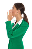 La femme d'affaires d'isolement dans le blazer vert envoient le message ou u de appeler Photo libre de droits