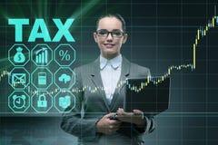 La femme d'affaires dans le concept d'impôt sur les sociétés image libre de droits