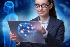 La femme d'affaires dans le concept d'intelligence artificielle photo stock