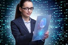 La femme d'affaires dans le concept d'intelligence artificielle photographie stock