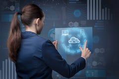 La femme d'affaires dans le concept de calcul de nuage Photo libre de droits