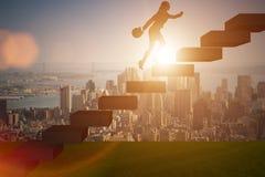 La femme d'affaires dans le concept de croissance de carrière avec des escaliers image stock