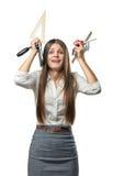 La femme d'affaires de coupe-circuit dans la participation d'effort garde des fournitures de bureau au-dessus de la tête Images stock