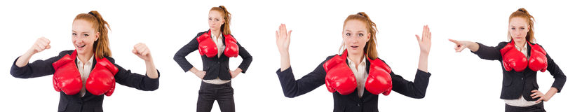 La femme d'affaires de femme avec des gants de boxe sur le blanc Image stock