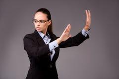 La femme d'affaires de jeune femme appuyant sur les boutons virtuels Photos libres de droits