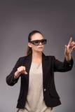 La femme d'affaires de jeune femme appuyant sur les boutons virtuels Photo libre de droits