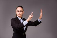 La femme d'affaires de jeune femme appuyant sur les boutons virtuels Images libres de droits