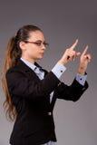 La femme d'affaires de jeune femme appuyant sur les boutons virtuels Photographie stock