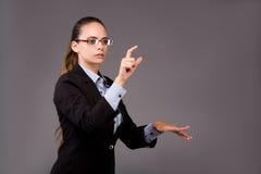 La femme d'affaires de jeune femme appuyant sur les boutons virtuels Photographie stock libre de droits