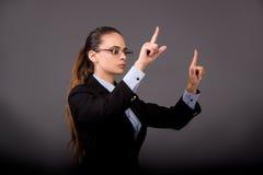 La femme d'affaires de jeune femme appuyant sur les boutons virtuels Photos stock