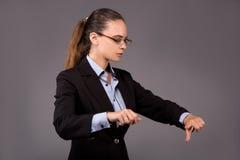 La femme d'affaires de jeune femme appuyant sur les boutons virtuels Image libre de droits