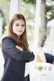 La femme d'affaires de l'Asie avec des bras a croisé la position dans son bureau images libres de droits