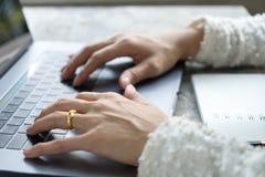 La femme d'affaires de plan rapproché remet la dactylographie sur le clavier d'ordinateur portable sur le bureau images stock