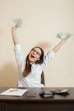 La femme d'affaires de sourire jette un paquet de dollars image stock