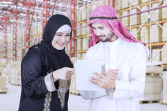 La femme d'affaires discutent avec son associé dans l'entrepôt images libres de droits