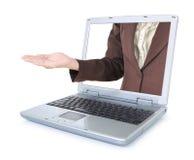La femme d'affaires distribue d'un ordinateur portable et du sourire avec les bras ouverts Images stock