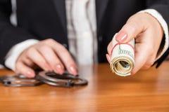 La femme d'affaires donne l'argent Photo stock