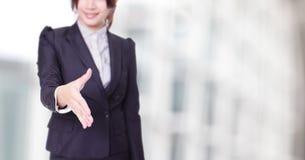 La femme d'affaires donne une prise de contact avec le sourire Image libre de droits
