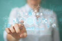 La femme d'affaires employant des données d'hologrammes sur les écrans numériques 3D rendent Images libres de droits