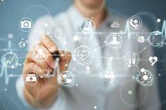 La femme d'affaires employant l'interface médicale numérique avec un stylo 3D les déchirent Image libre de droits