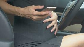 La femme d'affaires enceinte compose le mari pour demander l'aide, effrayé de la douleur dans le ventre clips vidéos