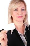 La femme d'affaires entre deux âges affiche la carte blanche images libres de droits