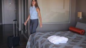 La femme d'affaires est arrivée à l'hôtel et à la chute sur le lit banque de vidéos