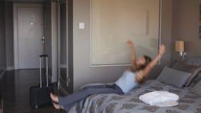 La femme d'affaires est arrivée à l'hôtel et à la chute sur le lit clips vidéos