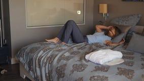 La femme d'affaires est arrivée à l'hôtel et à sauter sur le lit banque de vidéos
