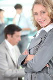 La femme d'affaires est restée avec bras-croisé Photos libres de droits