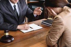La femme d'affaires et l'avocat ou le juge de mâle consultent avoir le meeti d'équipe photographie stock