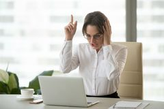 La femme d'affaires excitée s'est mise la nouvelle solution d'idée ou d'affaires au travail photo stock