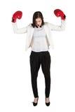 La femme d'affaires fâchée crie dans des gants de boxe Photo stock