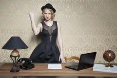 La femme d'affaires fâchée menace le poing images stock
