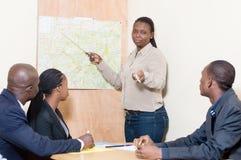 La femme d'affaires fait une présentation au bureau lors d'une réunion à Photographie stock