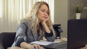 La femme d'affaires fatiguée tombe endormi sur le lieu de travail dans le bureau photographie stock libre de droits