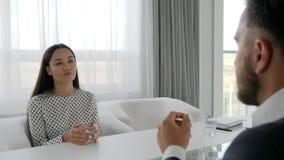 La femme d'affaires justifiée avant patron, employé de bureau fait des excuses, femelle dans une situation inconfortable, banque de vidéos