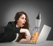 La femme d'affaires lance la fusée d'un ordinateur portable concept de démarrage de société images stock