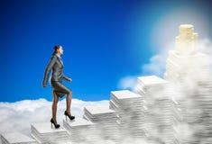 La femme d'affaires marche par les piles de papiers illustration de vecteur