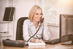 La femme d'affaires mignonne sur l'écriture de téléphone quelque chose regarde vers le bas l'écran Photo libre de droits