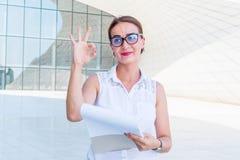 La femme d'affaires montre des gestes de main image stock