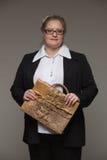 La femme d'affaires n'est pas jeune dans un costume avec une serviette en cuir Image libre de droits