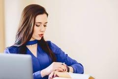 la femme d'affaires observe le temps image stock