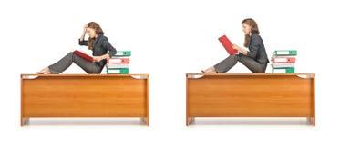 La femme d'affaires occupée d'isolement sur le blanc Photo stock