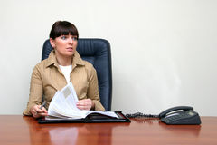 la femme d'affaires parcourt des fichiers Photographie stock