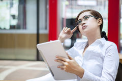 Femme d'affaires pensant à la stratégie au travail Image libre de droits